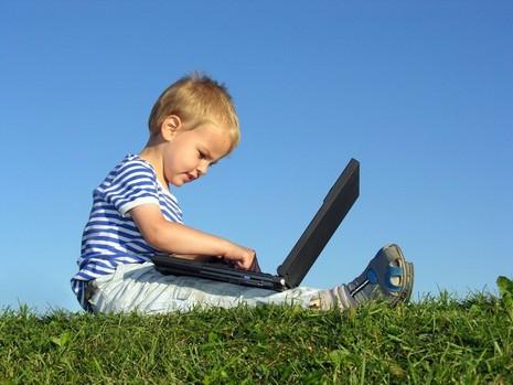 Afbeeldingsresultaat voor kind op laptop